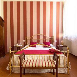 フィレンツェのトラディショナルスタイルのおしゃれな客用寝室 (マルチカラーの壁、テラコッタタイルの床) のレイアウト