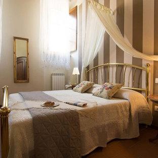 Modelo de dormitorio principal, clásico, grande, con paredes blancas y suelo de baldosas de terracota