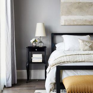 ワシントンD.C.の中サイズのトランジショナルスタイルのおしゃれな主寝室 (グレーの壁、暖炉なし、濃色無垢フローリング) のレイアウト