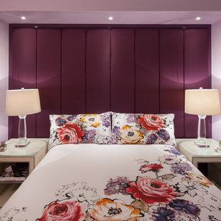 Cette photo montre une chambre d'amis éclectique de taille moyenne avec un mur violet et aucune cheminée.