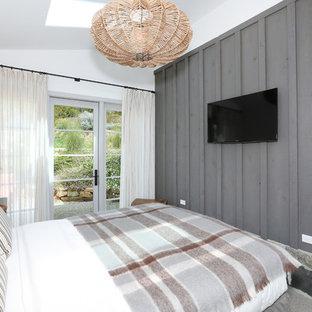 Diseño de dormitorio costero con paredes grises y suelo de pizarra
