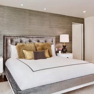 Diseño de dormitorio principal, contemporáneo, grande, con paredes grises y suelo de madera en tonos medios