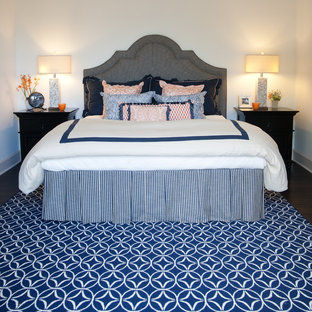 Klassisches Schlafzimmer mit weißer Wandfarbe, dunklem Holzboden und blauem Boden in Los Angeles