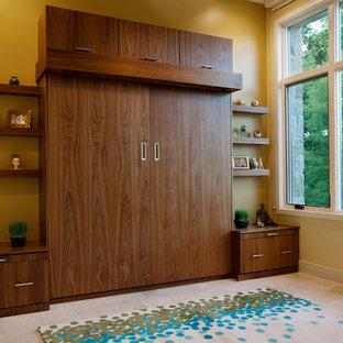オースティンの中サイズのコンテンポラリースタイルのおしゃれな客用寝室 (黄色い壁、セラミックタイルの床、ベージュの床、暖炉なし) のレイアウト