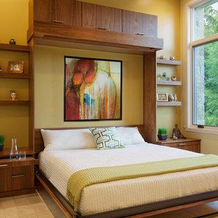 オースティンの中サイズのコンテンポラリースタイルのおしゃれな客用寝室 (黄色い壁、セラミックタイルの床、暖炉なし、ベージュの床) のレイアウト