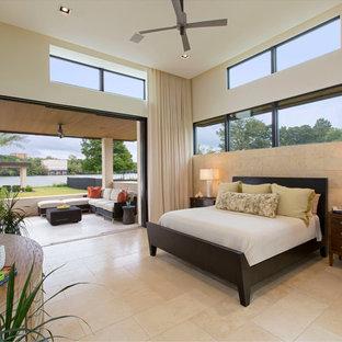 Пример оригинального дизайна: большая хозяйская спальня в современном стиле с белыми стенами и полом из травертина без камина
