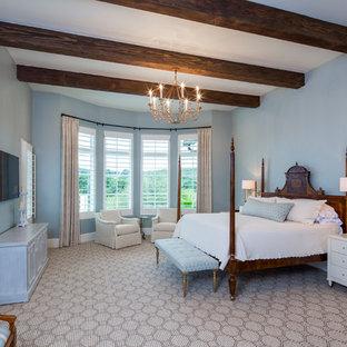 Inredning av ett klassiskt mellanstort sovrum, med blå väggar och heltäckningsmatta