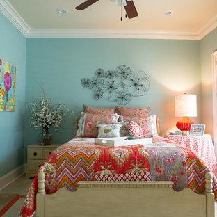 Imagen de habitación de invitados clásica renovada, de tamaño medio, sin chimenea, con paredes azules y suelo de baldosas de cerámica