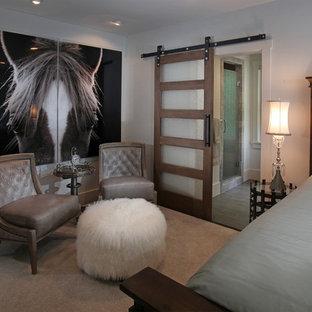 Imagen de habitación de invitados rústica, de tamaño medio, con paredes beige y moqueta