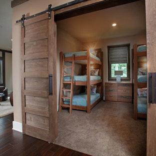 Idéer för ett mellanstort rustikt gästrum, med beige väggar och heltäckningsmatta