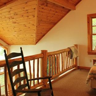 Ejemplo de dormitorio tipo loft, tradicional, de tamaño medio, sin chimenea, con paredes beige y moqueta