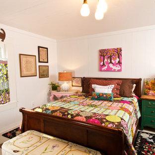 Inspiration för små shabby chic-inspirerade huvudsovrum, med vita väggar och målat trägolv