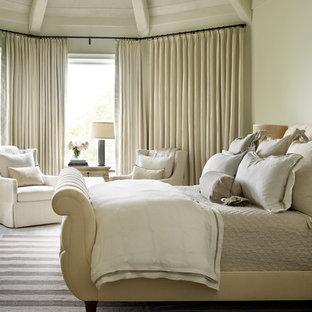 Modelo de dormitorio principal, tradicional renovado, con paredes beige y suelo de madera clara