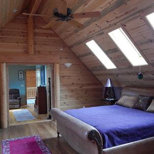 Пример оригинального дизайна: большая хозяйская спальня в современном стиле с фиолетовыми стенами, полом из бамбука, двусторонним камином и фасадом камина из камня