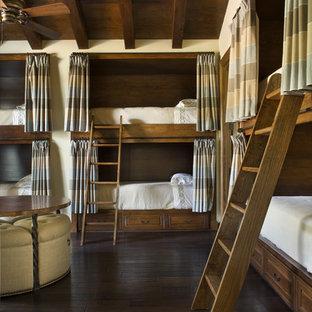 Idée de décoration pour une chambre d'amis chalet avec un sol en bois foncé.