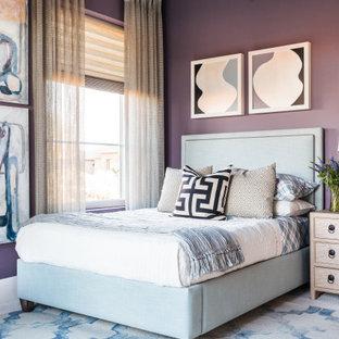 Foto de habitación de invitados tradicional renovada, de tamaño medio, con paredes púrpuras, moqueta y suelo blanco