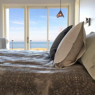 Imagen de dormitorio principal, marinero, pequeño, sin chimenea, con paredes grises, suelo de bambú y suelo gris