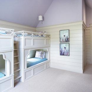 他の地域の巨大なトラディショナルスタイルのおしゃれな客用寝室 (紫の壁、カーペット敷き) のインテリア