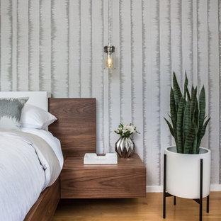 На фото: хозяйская спальня в современном стиле с серыми стенами, паркетным полом среднего тона и оранжевым полом с