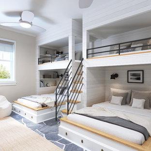 Неиссякаемый источник вдохновения для домашнего уюта: большая гостевая спальня в стиле современная классика с бежевыми стенами, подвесным камином и серым полом