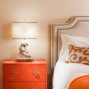 Modelo de habitación de invitados actual, de tamaño medio, sin chimenea, con paredes blancas, suelo de travertino y suelo beige