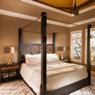 Diseño de habitación de invitados moderna, grande, sin chimenea, con paredes marrones, suelo de piedra caliza y suelo beige