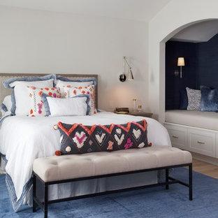 Foto de dormitorio costero, grande, sin chimenea, con paredes grises, suelo de madera clara y suelo azul