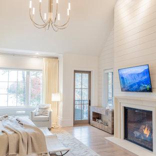 Foto di una grande camera matrimoniale stile marino con pareti bianche, parquet chiaro, camino classico, cornice del camino in perlinato, pavimento bianco e soffitto a volta