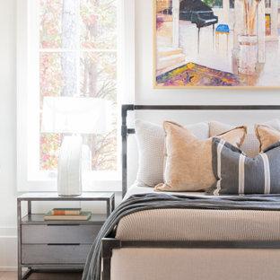 他の地域の広いビーチスタイルのおしゃれな主寝室 (白い壁、淡色無垢フローリング、標準型暖炉、塗装板張りの暖炉まわり、白い床、三角天井)