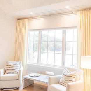 他の地域の広いビーチスタイルのおしゃれな主寝室 (白い壁、淡色無垢フローリング、標準型暖炉、塗装板張りの暖炉まわり、白い床、三角天井) のインテリア