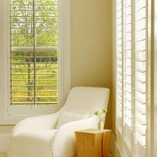 Ejemplo de habitación de invitados campestre, de tamaño medio, sin chimenea, con paredes beige y moqueta
