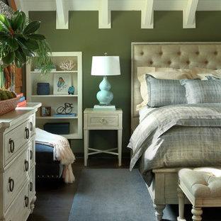 アトランタのラスティックスタイルのおしゃれな寝室 (緑の壁、濃色無垢フローリング、茶色い床、表し梁、塗装板張りの天井、三角天井) のレイアウト