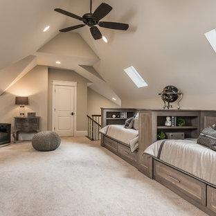 Ejemplo de dormitorio tipo loft, rural, sin chimenea, con paredes beige, moqueta y suelo beige