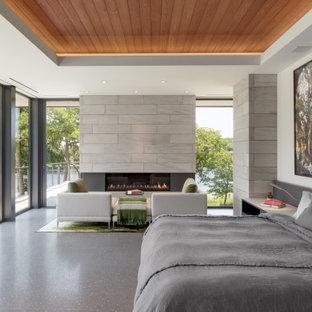 На фото: хозяйская спальня в стиле модернизм с белыми стенами, горизонтальным камином, серым полом, многоуровневым потолком и деревянным потолком