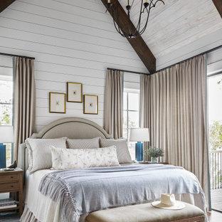 Идея дизайна: спальня в стиле неоклассика (современная классика) с белыми стенами, паркетным полом среднего тона, коричневым полом, балками на потолке и сводчатым потолком