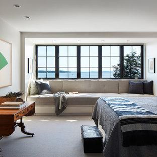 Modelo de dormitorio principal, clásico renovado, grande, con moqueta, paredes blancas y suelo gris