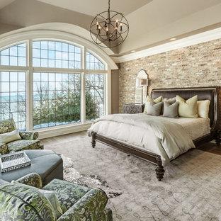 Стильный дизайн: большая хозяйская спальня в классическом стиле с коричневыми стенами и паркетным полом среднего тона без камина - последний тренд