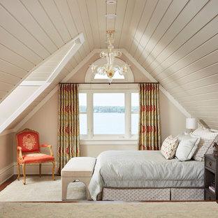 Idéer för ett klassiskt sovrum, med beige väggar, mörkt trägolv och brunt golv