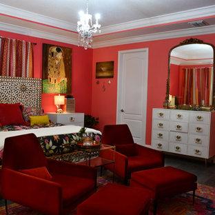 Imagen de dormitorio principal, ecléctico, grande, con parades naranjas y suelo de madera oscura