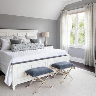 Inspiration för maritima sovrum, med grå väggar, mörkt trägolv och brunt golv