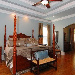 Ispirazione per una grande camera matrimoniale tradizionale con pareti grigie, parquet scuro, nessun camino e pavimento marrone