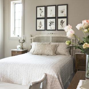 Immagine di una camera degli ospiti chic di medie dimensioni con parquet scuro e pareti grigie