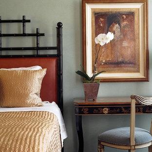 Modelo de dormitorio principal, ecléctico, de tamaño medio, con paredes azules y suelo de madera oscura