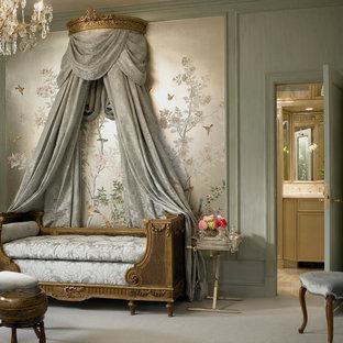 Ejemplo de habitación de invitados clásica, de tamaño medio, sin chimenea, con paredes grises y moqueta