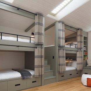 Modelo de dormitorio tipo loft, urbano, extra grande, con paredes verdes y suelo de madera clara