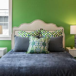 Ejemplo de habitación de invitados tradicional renovada, de tamaño medio, con paredes verdes, moqueta y suelo multicolor
