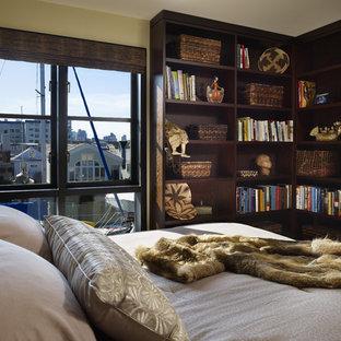 シアトルのコンテンポラリースタイルのおしゃれなゲスト用寝室 (緑の壁、濃色無垢フローリング、茶色い床) のレイアウト