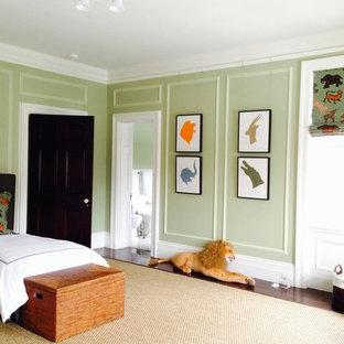 Diseño de habitación de invitados clásica renovada, grande, con suelo de madera oscura, chimenea tradicional, marco de chimenea de ladrillo y paredes verdes