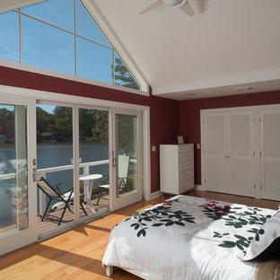 Immagine di una camera da letto stile marinaro con pareti rosse