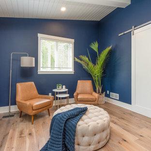 Immagine di una grande camera matrimoniale stile marinaro con pareti blu, pavimento in legno massello medio e soffitto in perlinato
